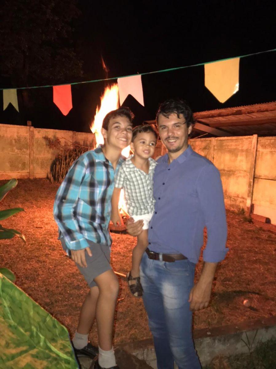 O marido, o enteado, e o filho da Lara na comemoração familiar em casa I Foto: Arquivo pessoal