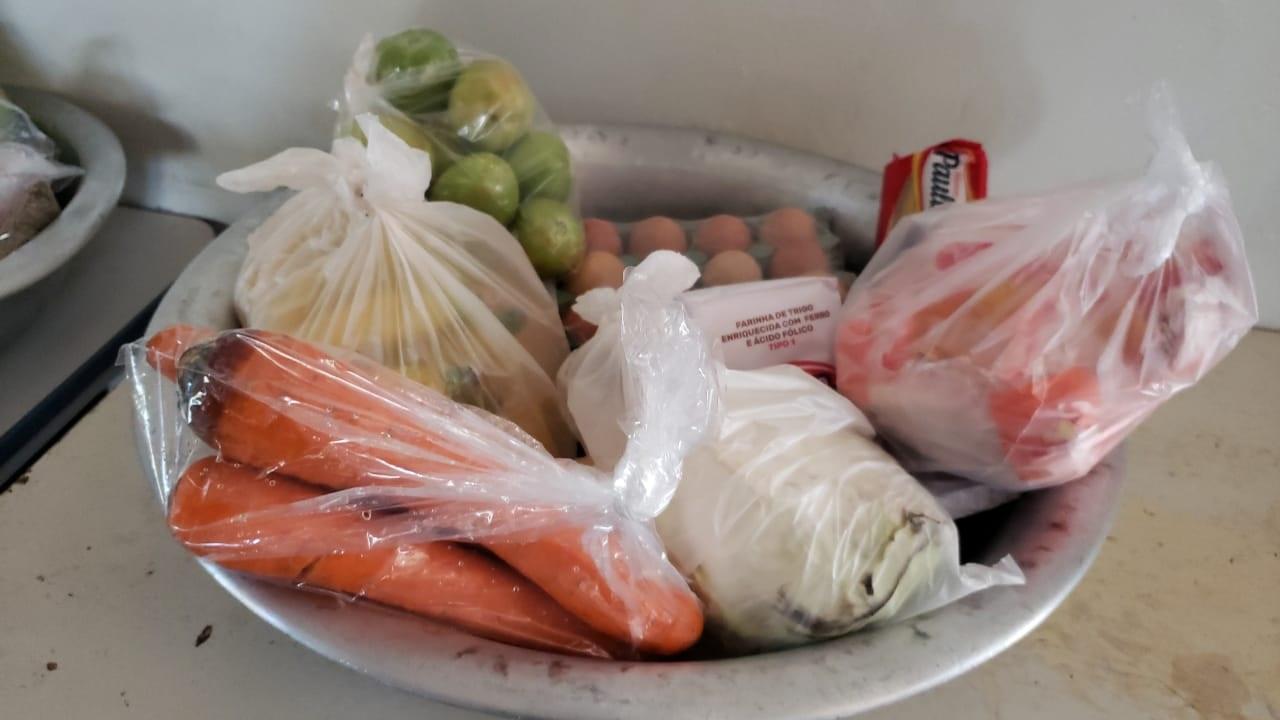 Eseba entrega kits às famílias de alunos que estão matriculados na escola   Foto: Divulgação