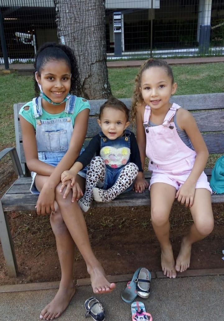 Layane de Moura tem três filhas que consomem leite todos os dias e preço do produto pesa no bolso da família