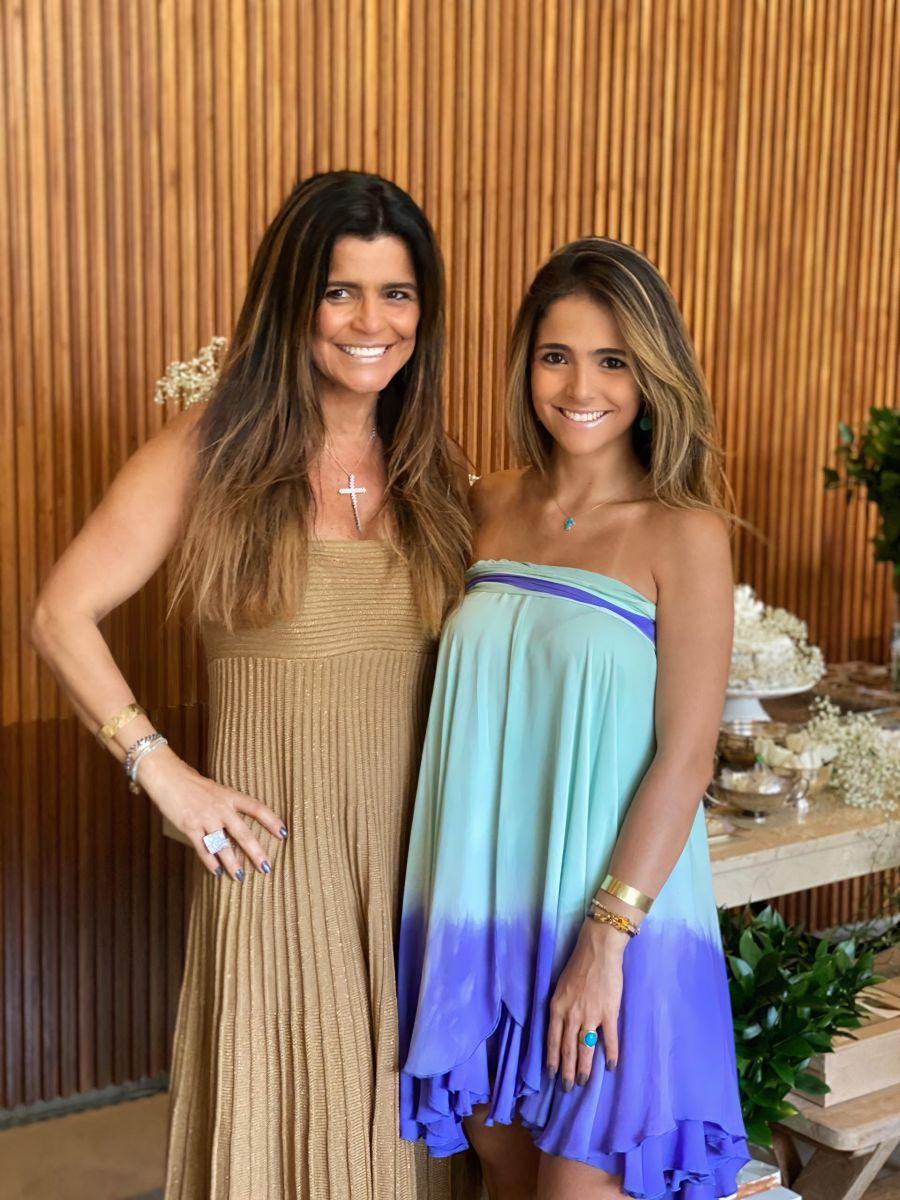 Elegantíssimas Sara Teodoro e a filha, Maria Paula Chaim, destaques na página / Foto: Divulgação
