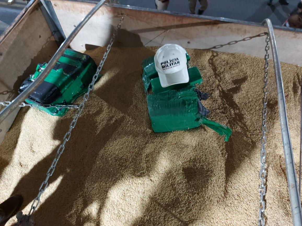 Pacotes de maconha foram localizados no meio da carga de arroz | Foto: PMR/Divulgação
