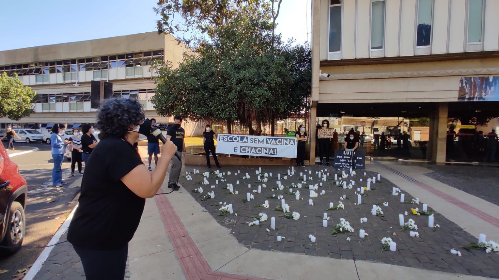 Servidores se reuniram em manifestação contra o retorno das aulas